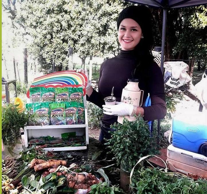 Raquel Rocco - zielarka iinfluencerka zParagwaju, przy stoisku ze świeżymi ziołami isuszonymi dodatkami od marki Arcoiris